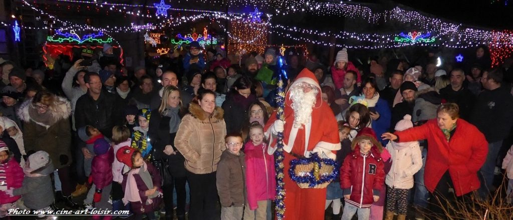 Père Noël et enfants à la Ferme aux mille lumières